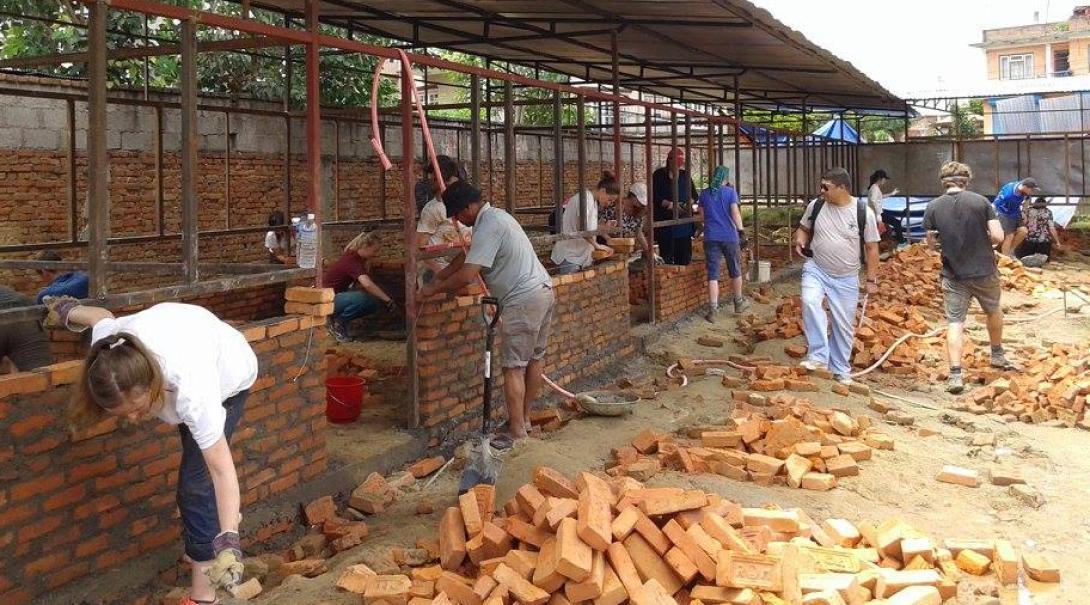 En nuestro voluntariado de Construcción en Nepal nuestros voluntarios construyen primarias.